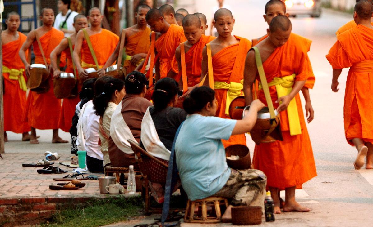 monks-luang-prabang